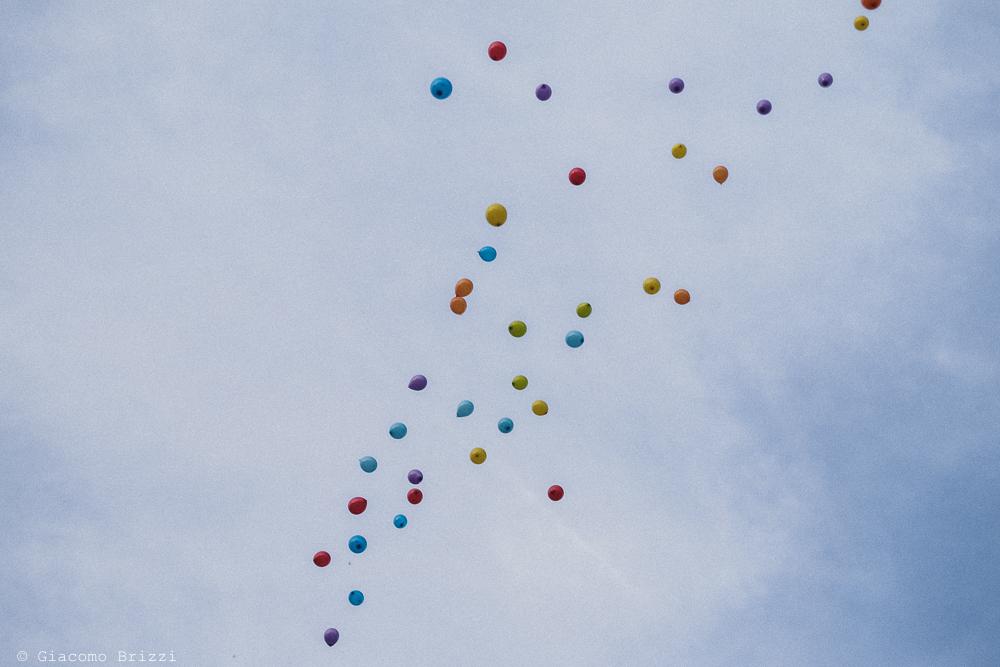 I palloncini colorati volano nel cielo blu, fotografo matrimonio Sarzana, Liguria