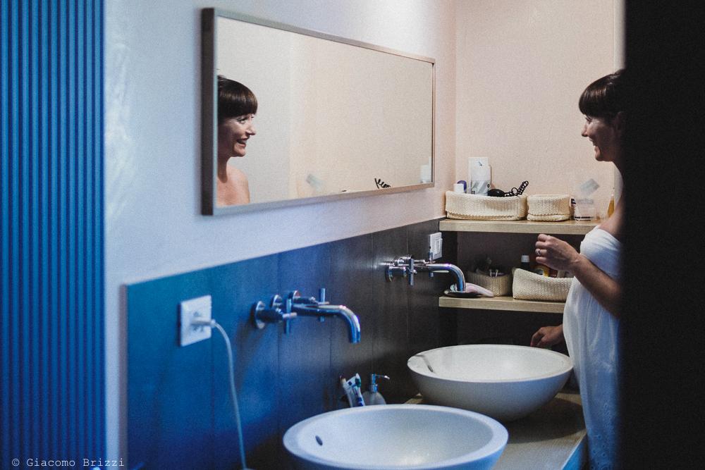 La sposa si prepara in bagno, fotografo matrimonio Sarzana, Liguria