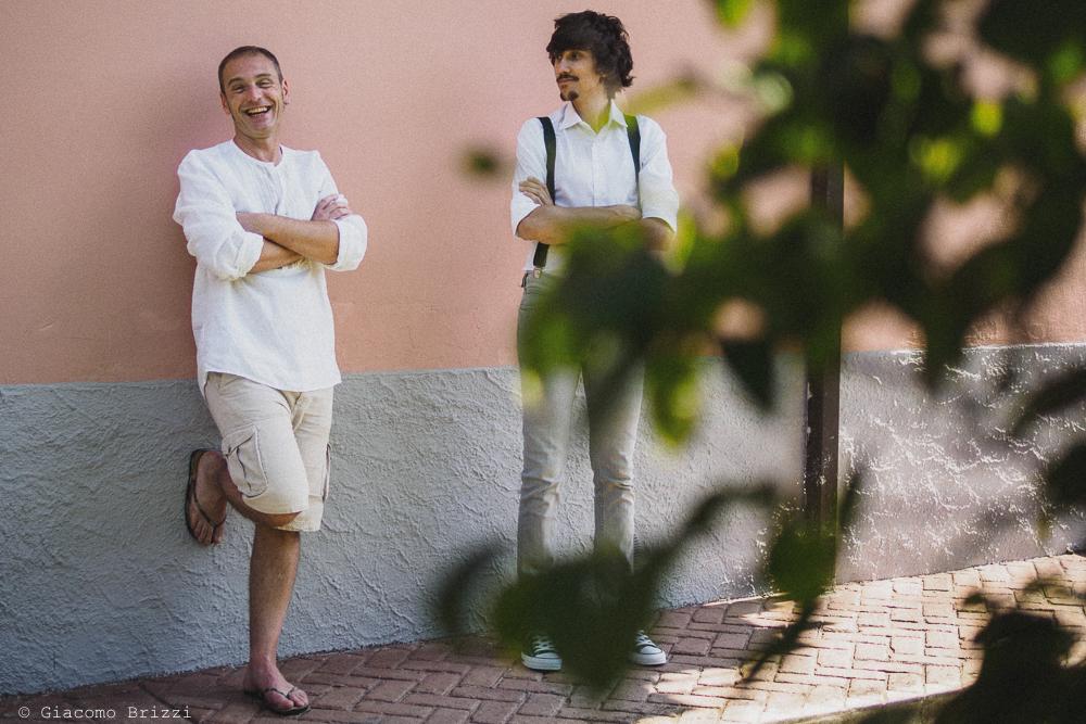 Lo sposo in un momento rilassato durante i preparativi, fotografo matrimonio Sarzana, Liguria