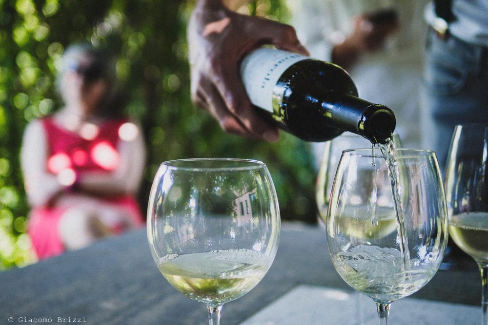 Dettaglio su versare vino nei calici, fotografo matrimonio Sarzana, Liguria