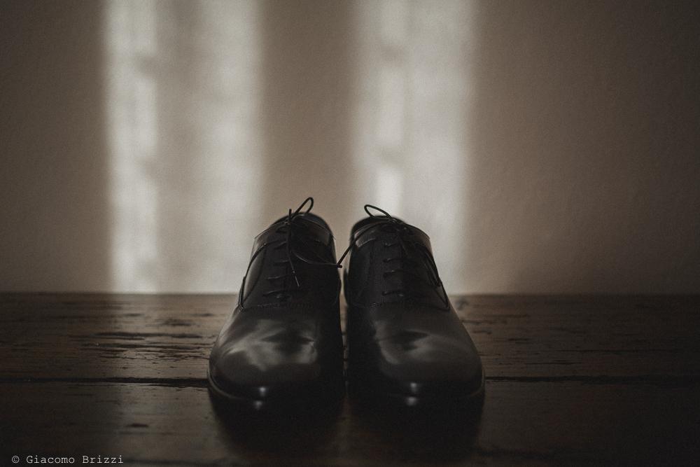 Dettaglio sulle calzature dello sposo matrimonio massa carrara