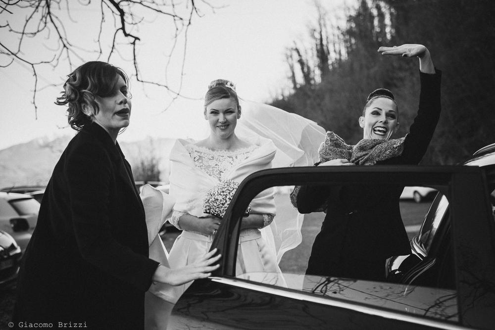 La sposa arriva in auto matrimonio massa carrara