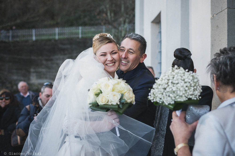 Abbraccio tra gli sposi matrimonio massa carrara