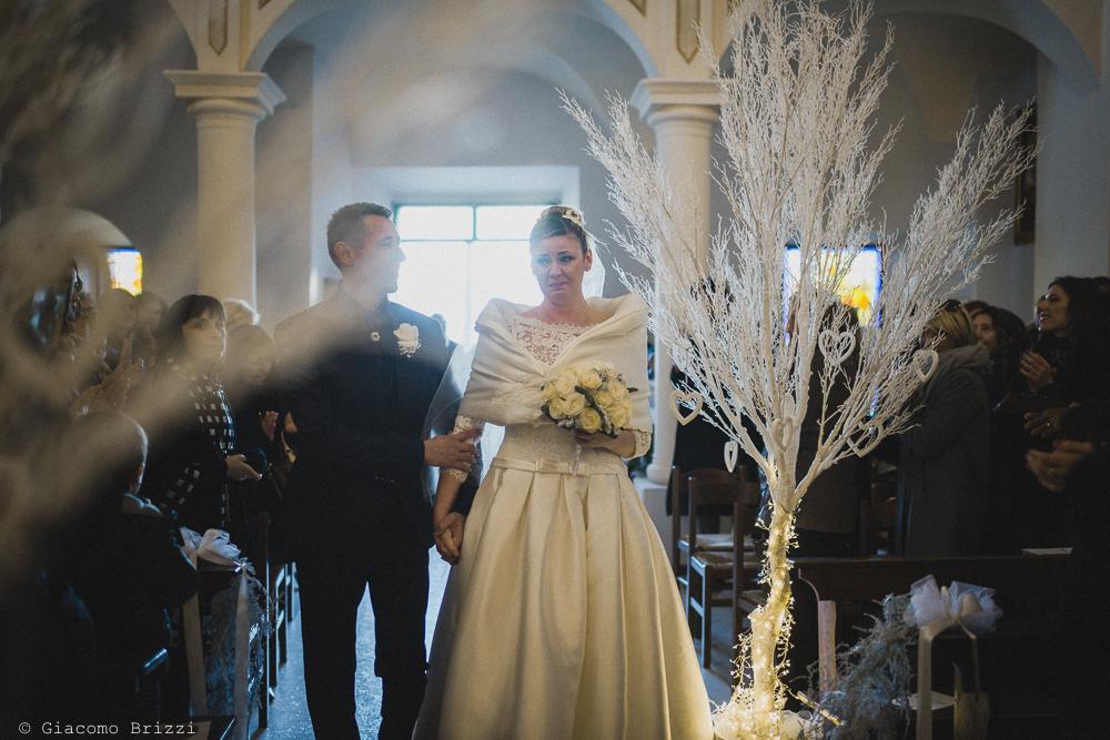 Gli sposi entrano in chiesa matrimonio massa carrara