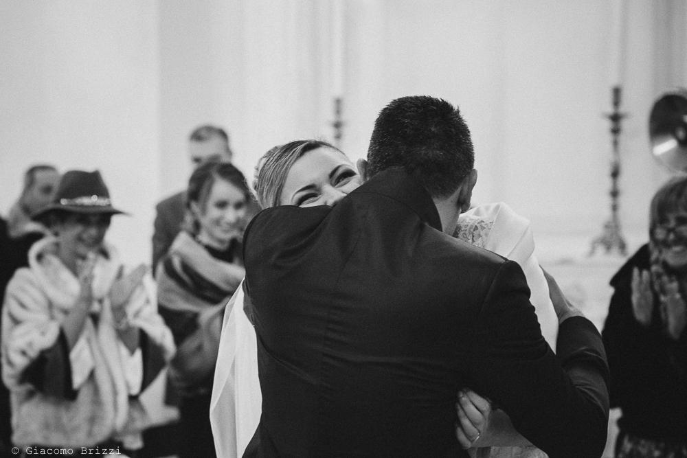 Un abbraccio tra gli sposi matrimonio massa carrara