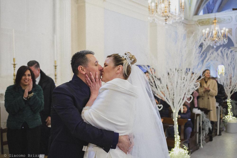 Un bacio tra gli sposi matrimonio massa carrara