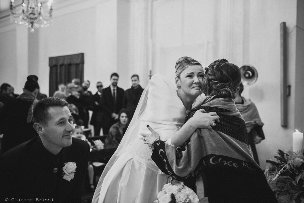 Un abbraccio alla sposa matrimonio massa carrara