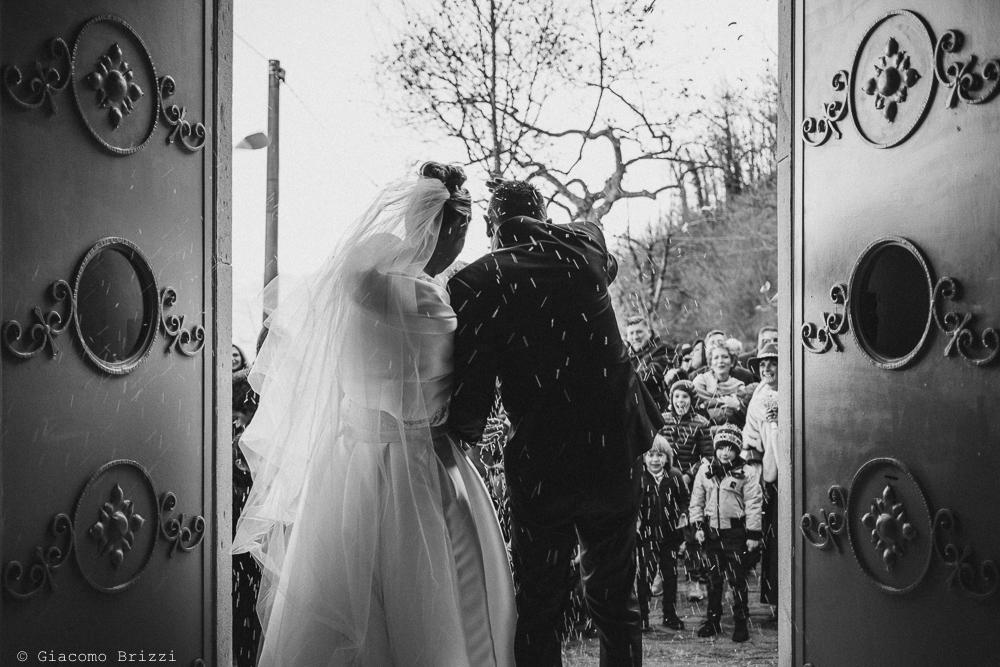 Gli sposi escono dalla chiesa matrimonio massa carrara