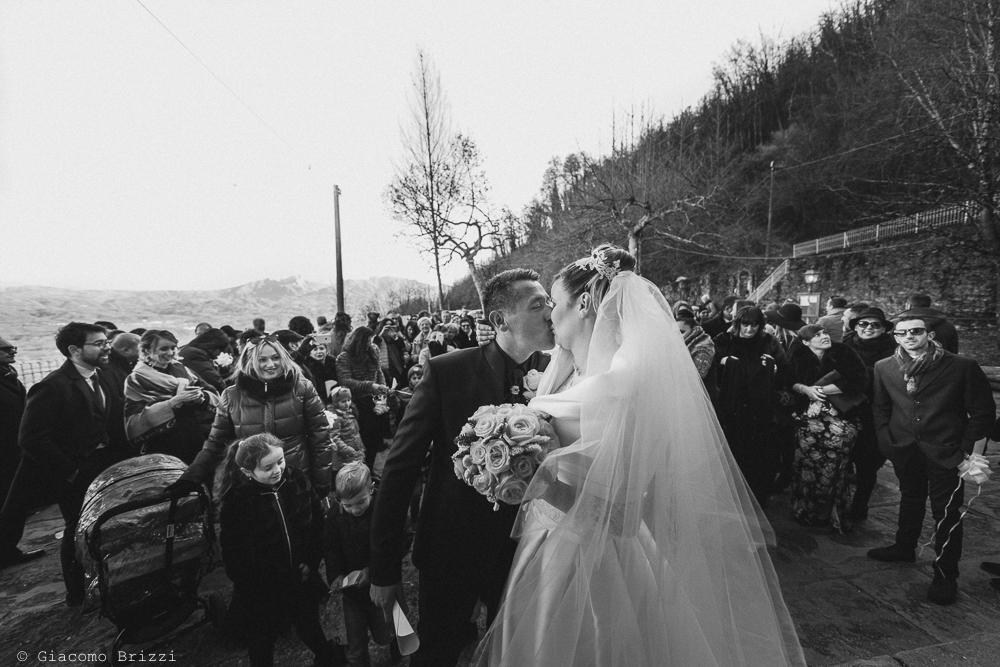 Gli sposi si baciano fuori la matrimonio massa carrara