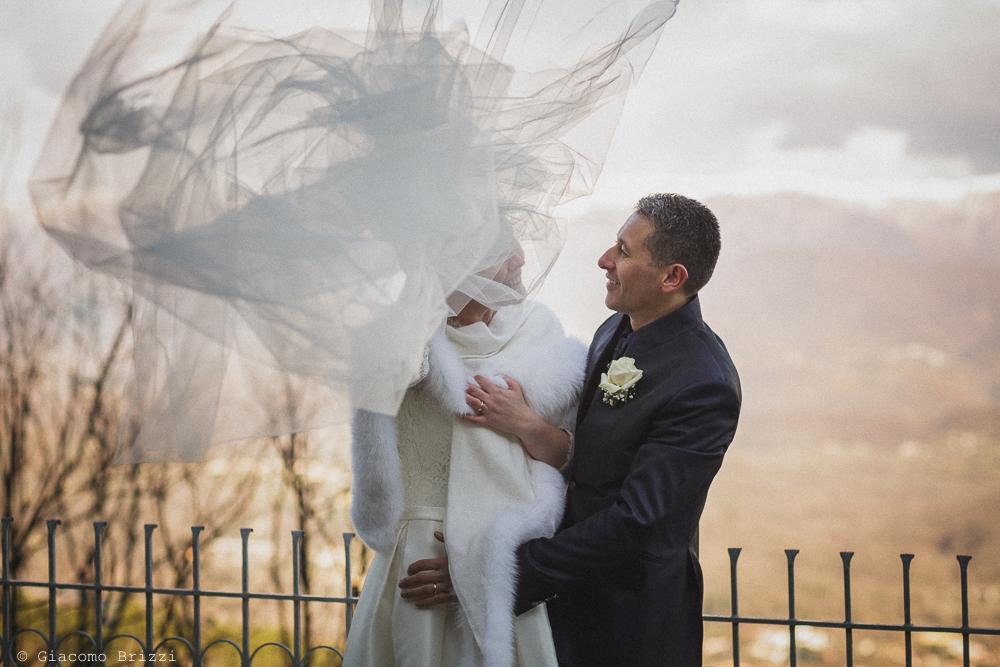 Scatto con effetto agli sposi fuori la chiesa matrimonio massa carrara