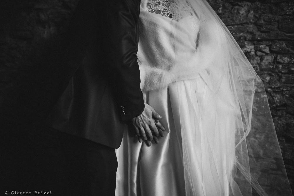 Scatto di dettaglio sulle mani degli sposi matrimonio massa carrara
