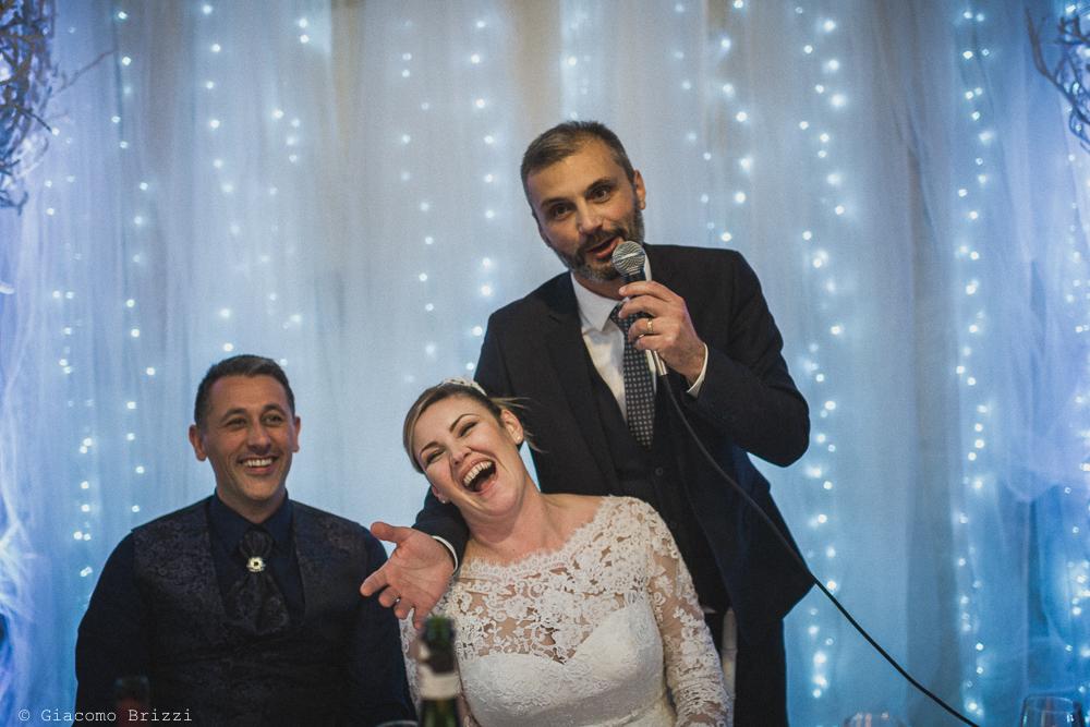 Momento di divertimento degli sposi al matrimonio massa carrara