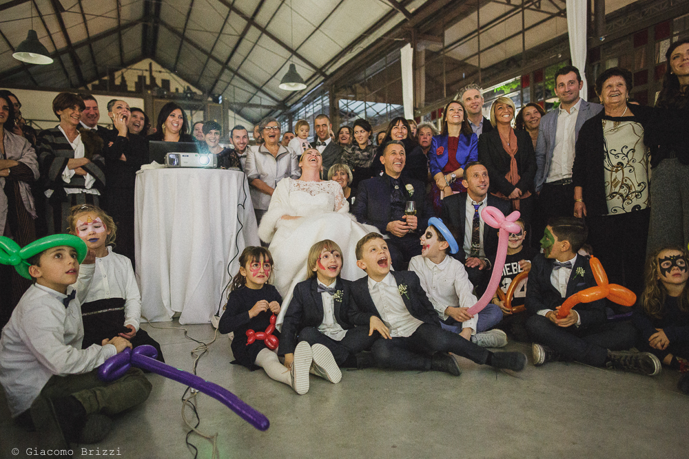 Foto del gruppo divertito al matrimonio massa carrara