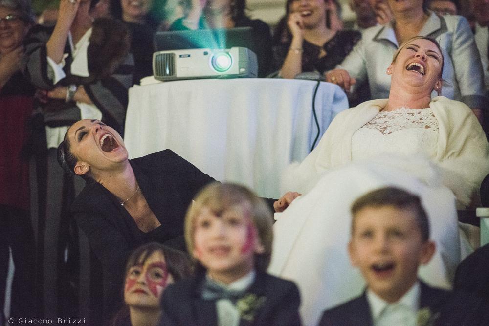 Dettaglio foto del gruppo divertito al matrimonio massa carrara