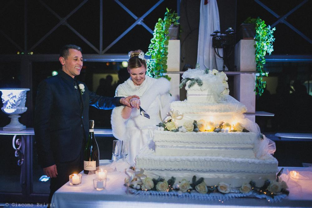 Gli sposi tagliano la torta al matrimonio massa carrara