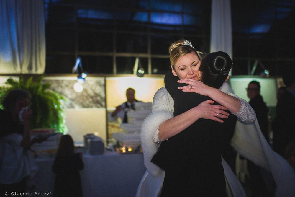 Un abbraccio alla sposa al matrimonio massa carrara
