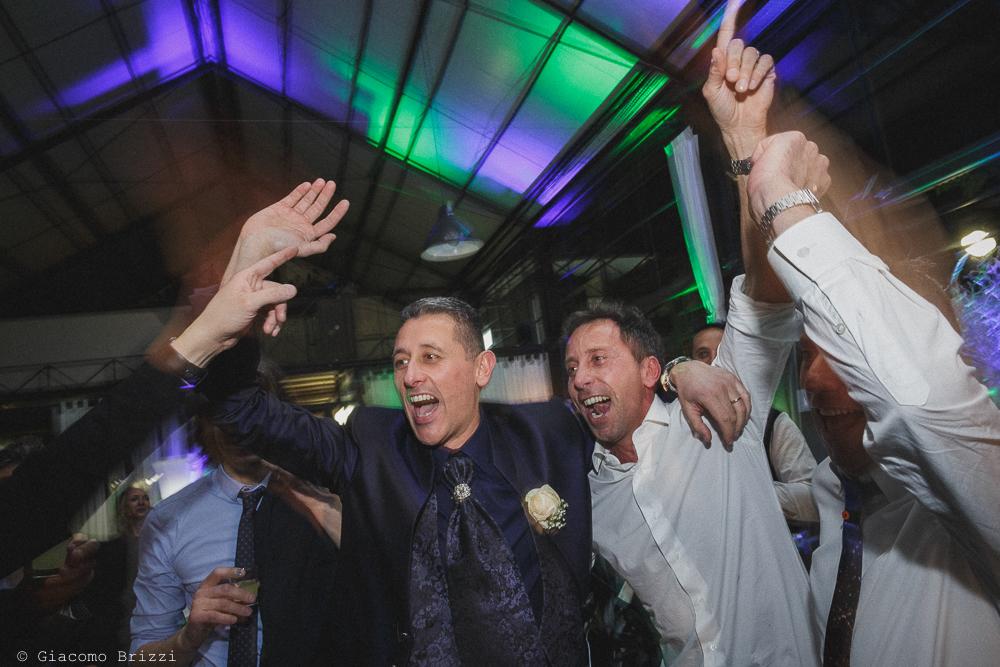 Lo sposo si diverte con gli invitati al matrimonio massa carrara
