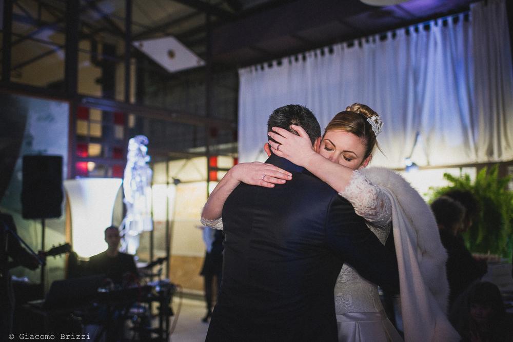 Un ballo romantico tra gli sposi al matrimonio massa carrara