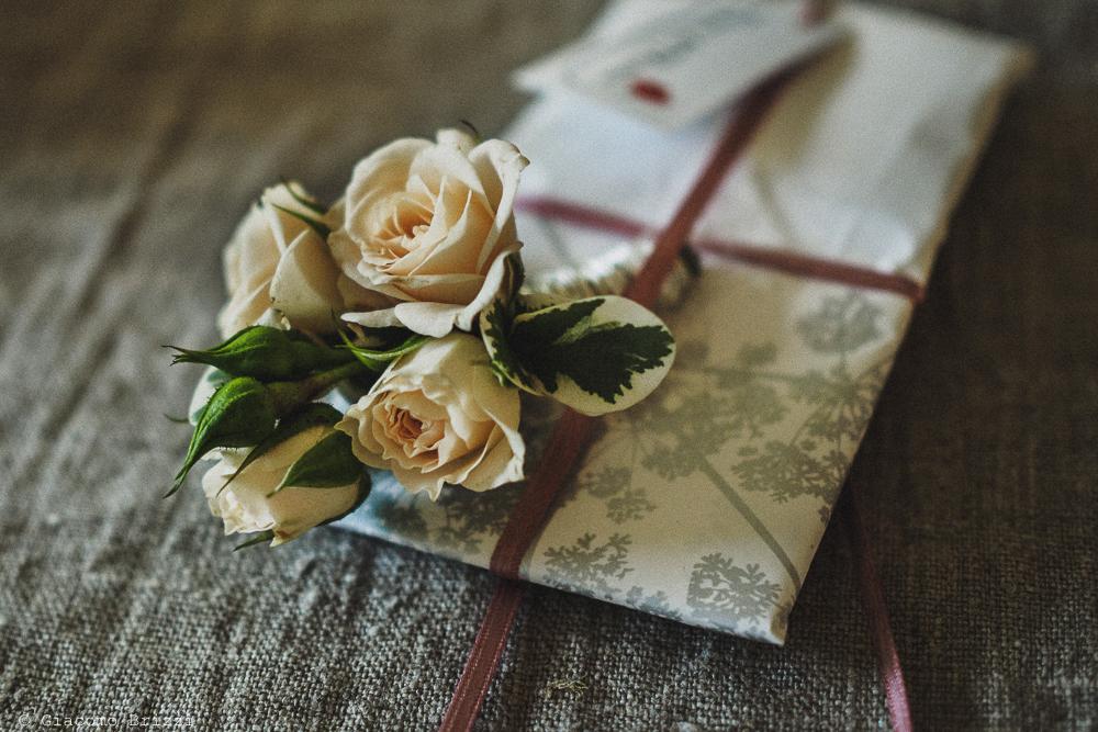 Foto dettaglio su lettera con mazzolino di fiori, fotografo matrimonio pietrasanta versilia