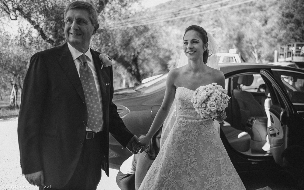 La sposa arriva in chiesa accompagnata dal padre, fotografo matrimonio pietrasanta versilia