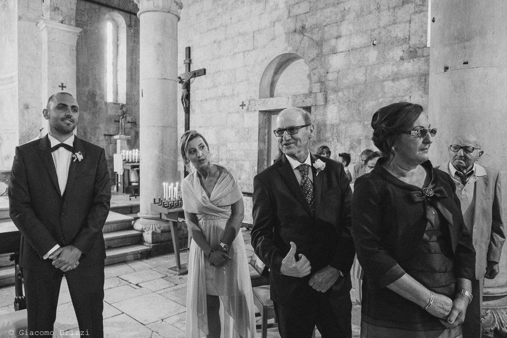 Lo sposo è in attesa all'altare, fotografo matrimonio pietrasanta versilia