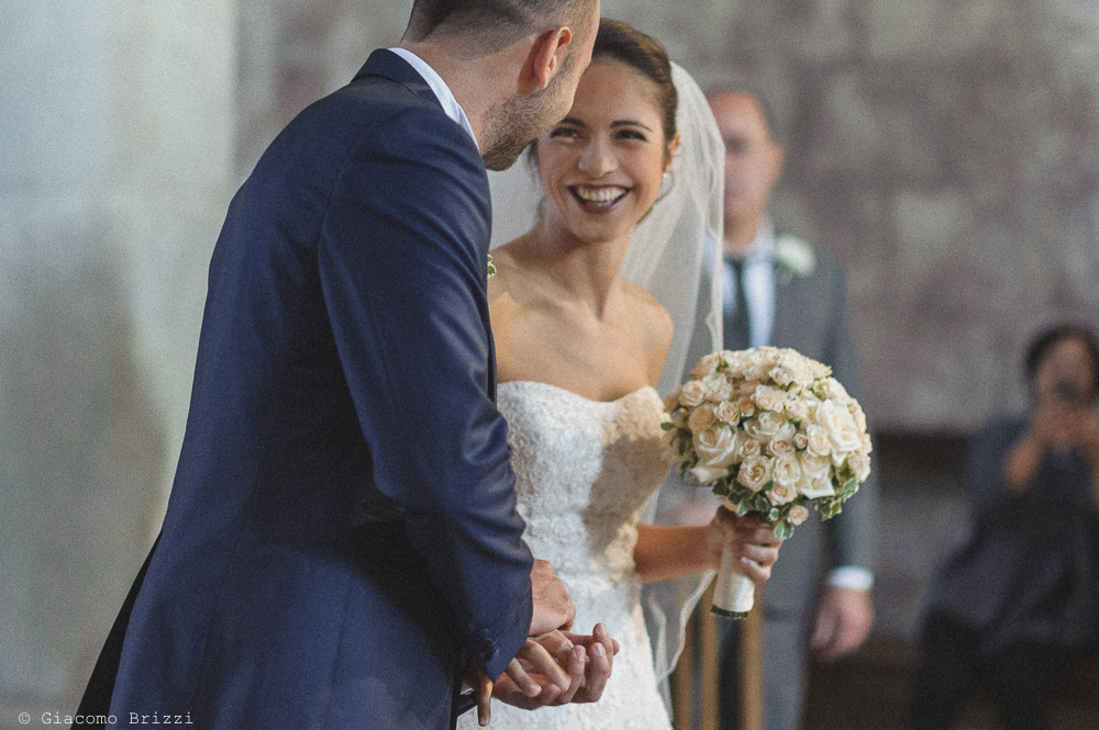 I due sposi si stringono le mani ed inizia la cerimonia, fotografo matrimonio pietrasanta versilia