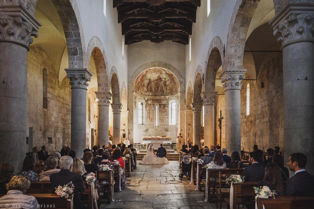 Foto della navata della chiesa con gli sposi all'altare durante la cerimonia, fotografo matrimonio pietrasanta versilia