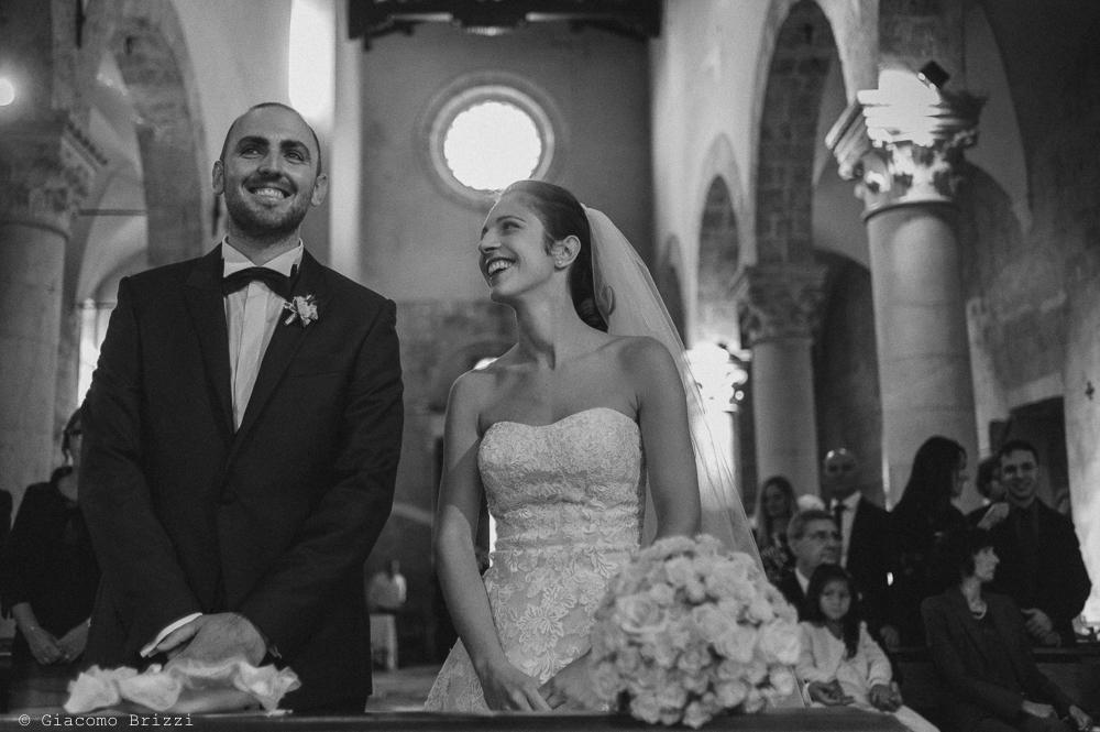 Foto con inquadratura frontale dei due sposi all'altare, fotografo matrimonio pietrasanta versilia