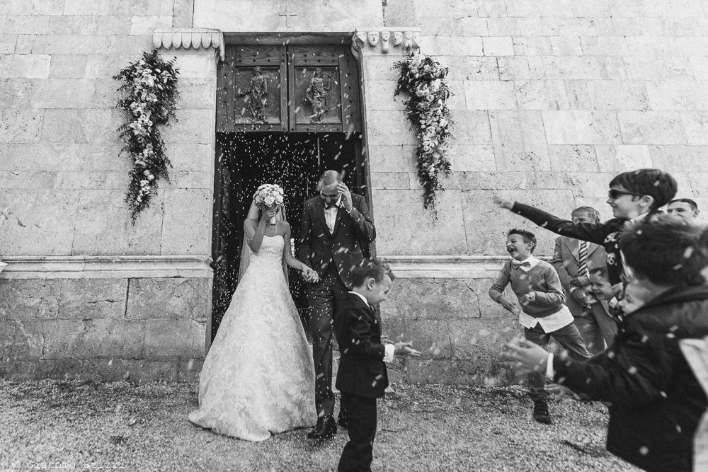 Gli sposi escono dalla chiesa accolti dagli invitati, fotografo matrimonio pietrasanta versilia