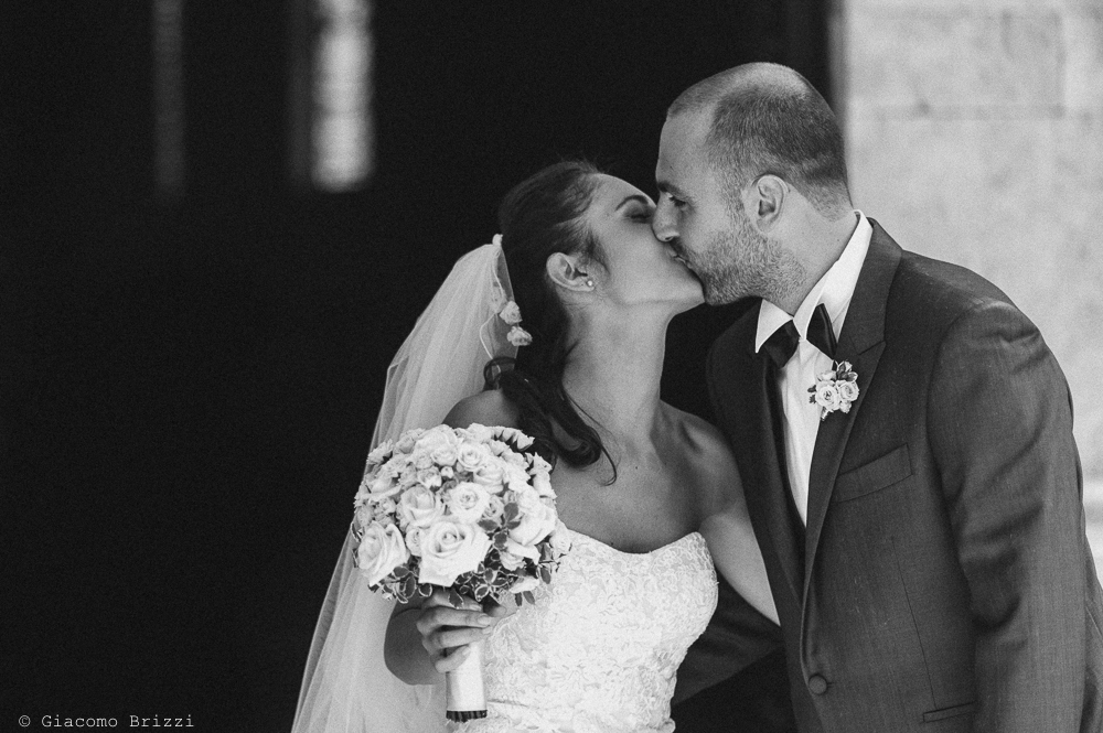 Un bacio tra i novelli sposi, fotografo matrimonio pietrasanta versilia