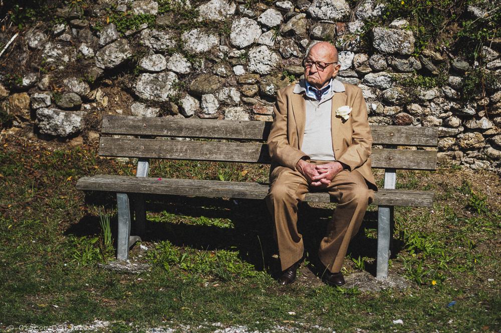 Signore anziano seduto su una panchina, fotografo matrimonio pietrasanta versilia
