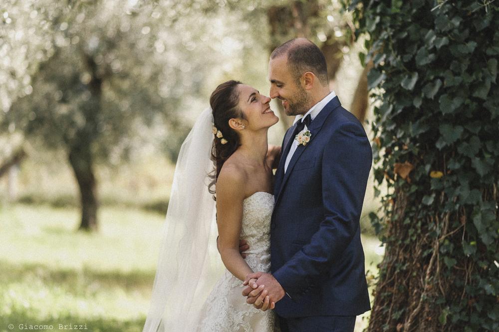 Inquadratura dei due sposi che si guardano negli occhi, fotografo matrimonio pietrasanta versilia