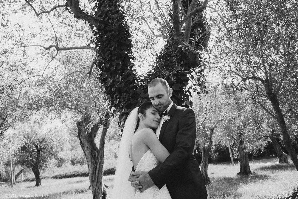 Gli sposi abbracciati sotto un albero, fotografo matrimonio pietrasanta versilia