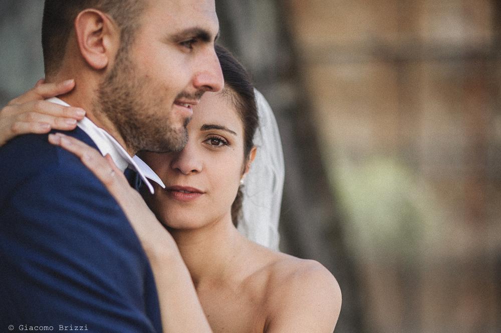 Primo piano romantico al volto dela sposa che abbraccia il marito, fotografo matrimonio pietrasanta versilia