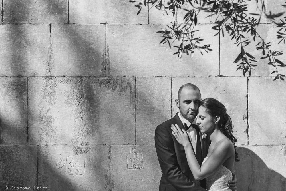 I due sposi si abbracciano, fotografo matrimonio pietrasanta versilia