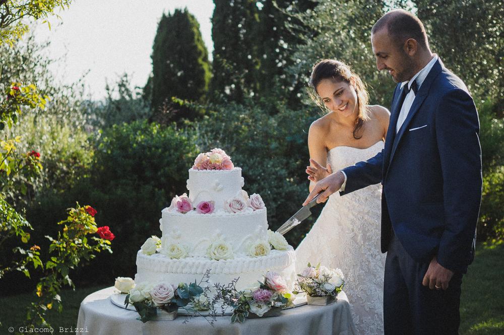 Il taglio della torta nuziale, fotografo matrimonio pietrasanta versilia