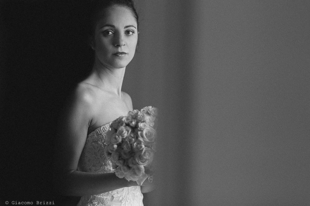 Foto ritratto della sposa con bouquet di fiori in mano, fotografo matrimonio pietrasanta versilia