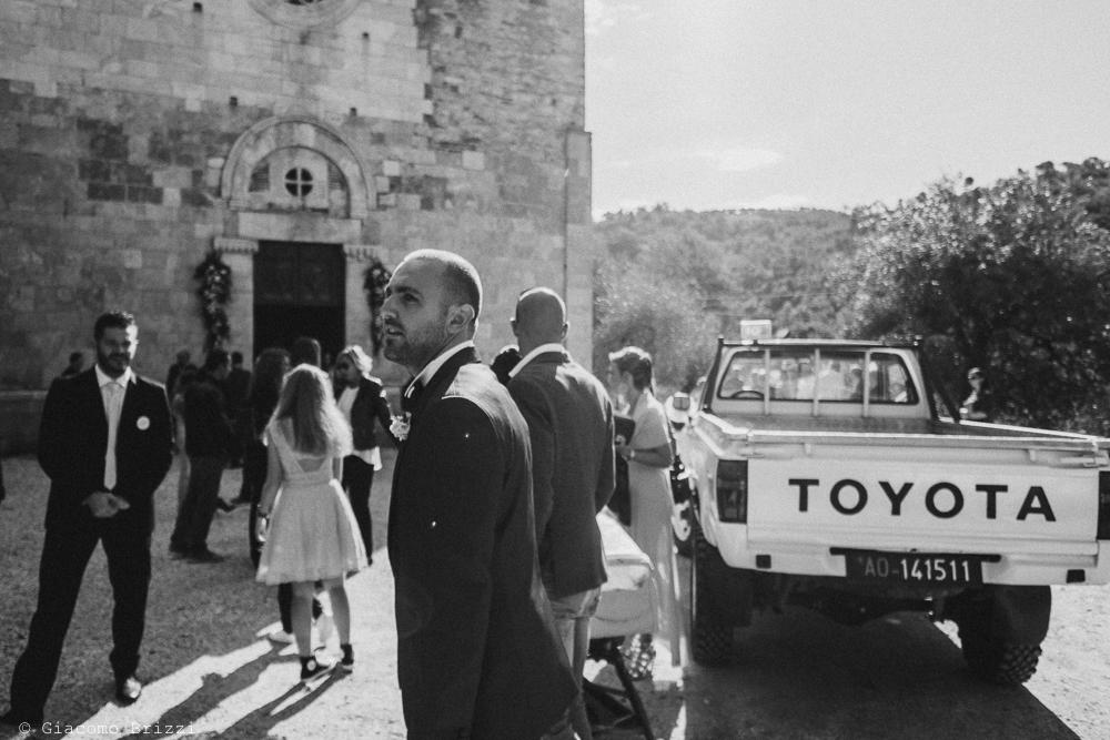 Foto sposo ed invitati in attesa fuori la chiesa prima della cerimonia, fotografo matrimonio pietrasanta versilia