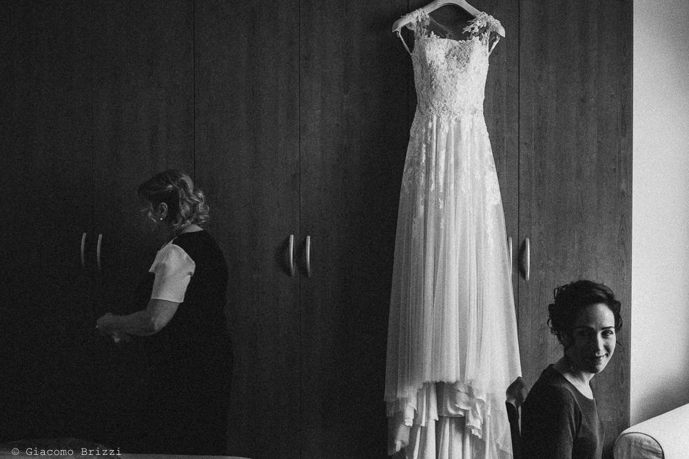 Un inquadratura sull'abito della sposa, fotografo ricevimento matrimonio a pisa, palazzo dei dodici