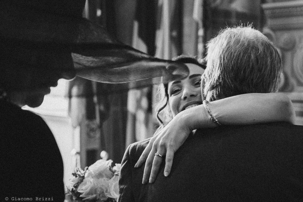 Un abbraccio con la sposa, fotografo ricevimento matrimonio a pisa, palazzo dei dodici