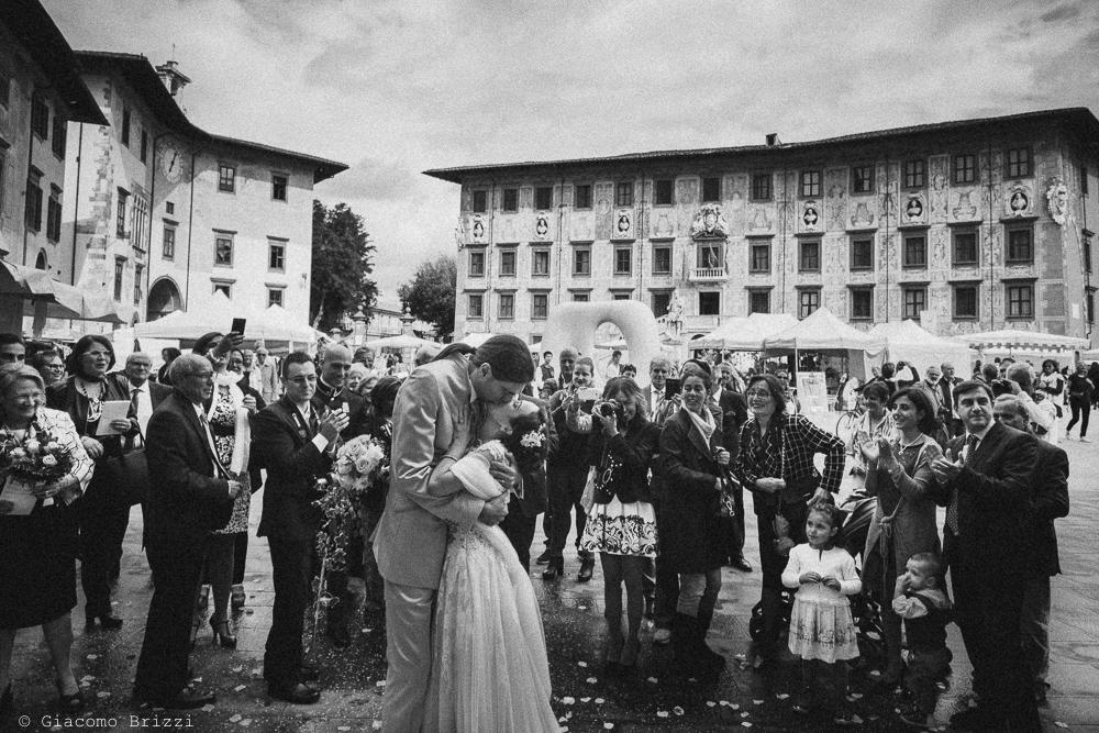 Gli sposi si baciano fuori il palazzo, fotografo ricevimento matrimonio a pisa, palazzo dei dodici