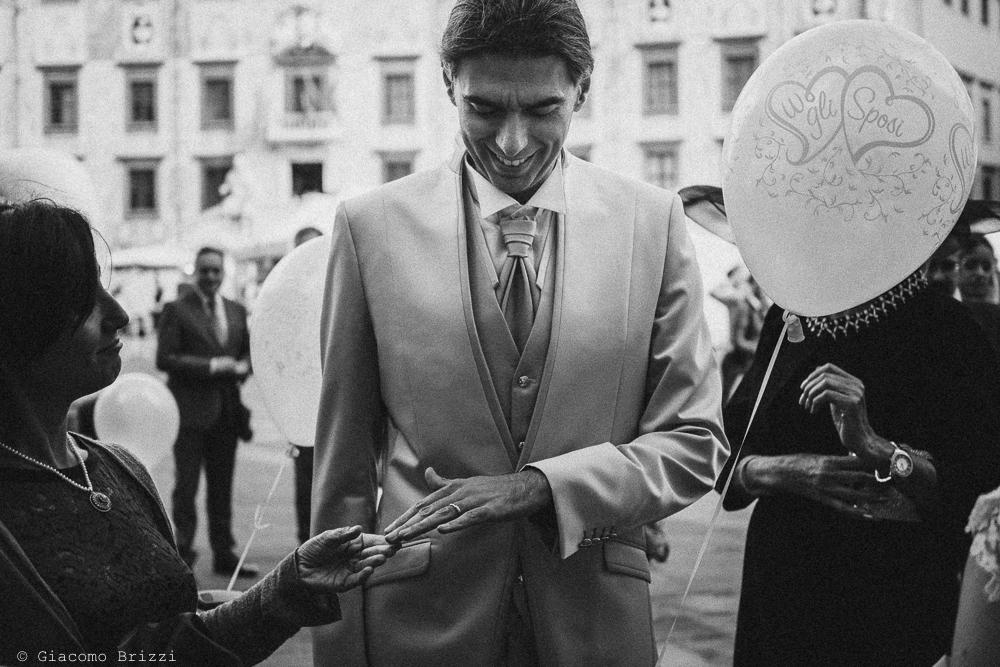 Lo sposo mostra orgoglioso la fede al dito, fotografo ricevimento matrimonio a pisa, palazzo dei dodici