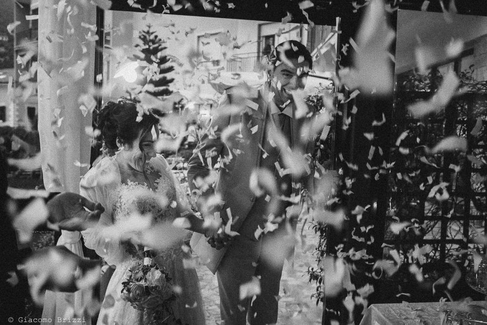 Gli sposi sotto una pioggia di petali, fotografo ricevimento matrimonio a pisa, palazzo dei dodici