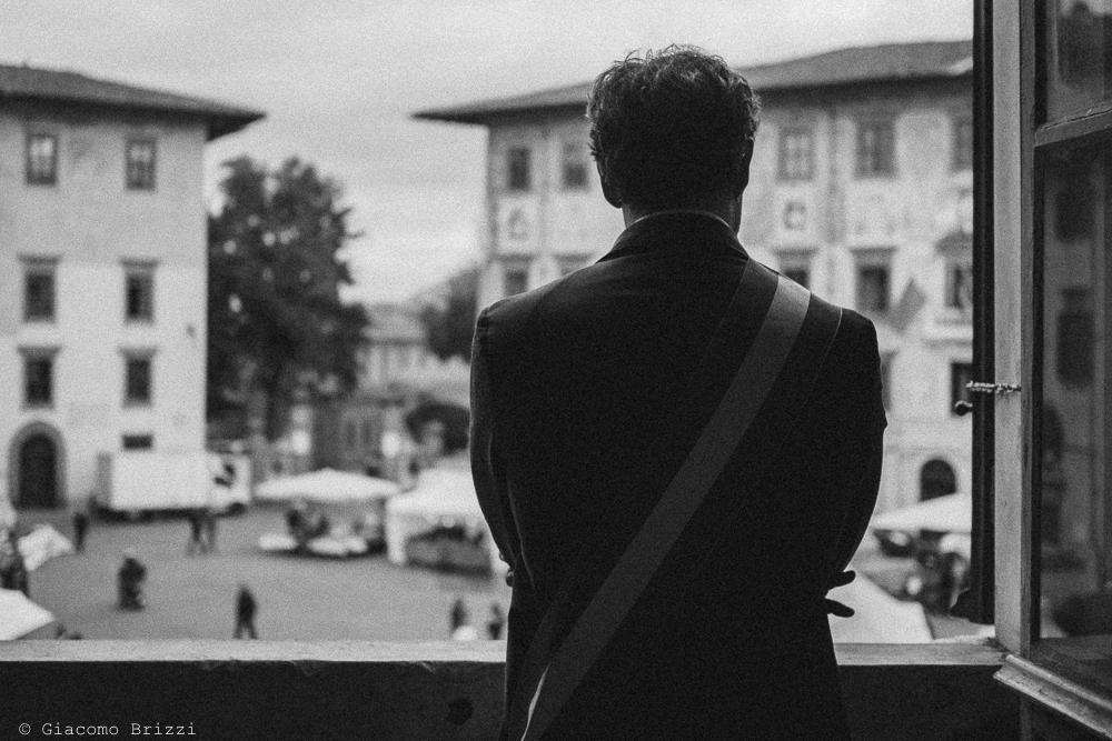 Foto di spalle di uomo al balcone, fotografo ricevimento matrimonio a pisa, palazzo dei dodici