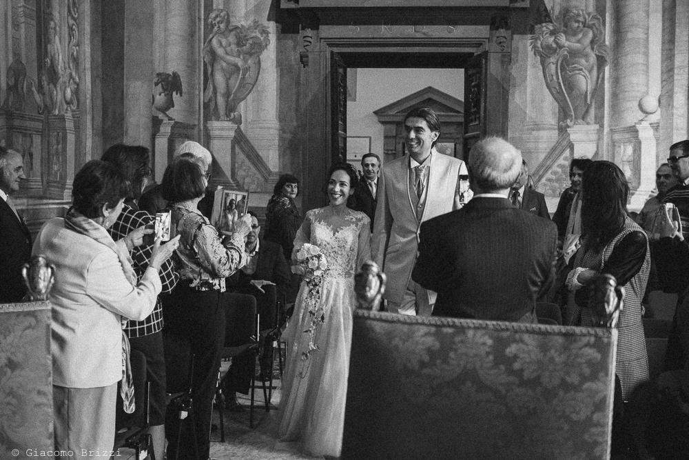 Gli sposi nella sala della cerimonia, fotografo ricevimento matrimonio a pisa, palazzo dei dodici