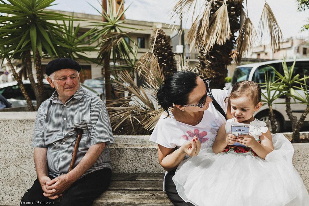 Una mamma cerca di convincere la figlia piccolina, fotografo matrimonio francavilla fontana, puglia