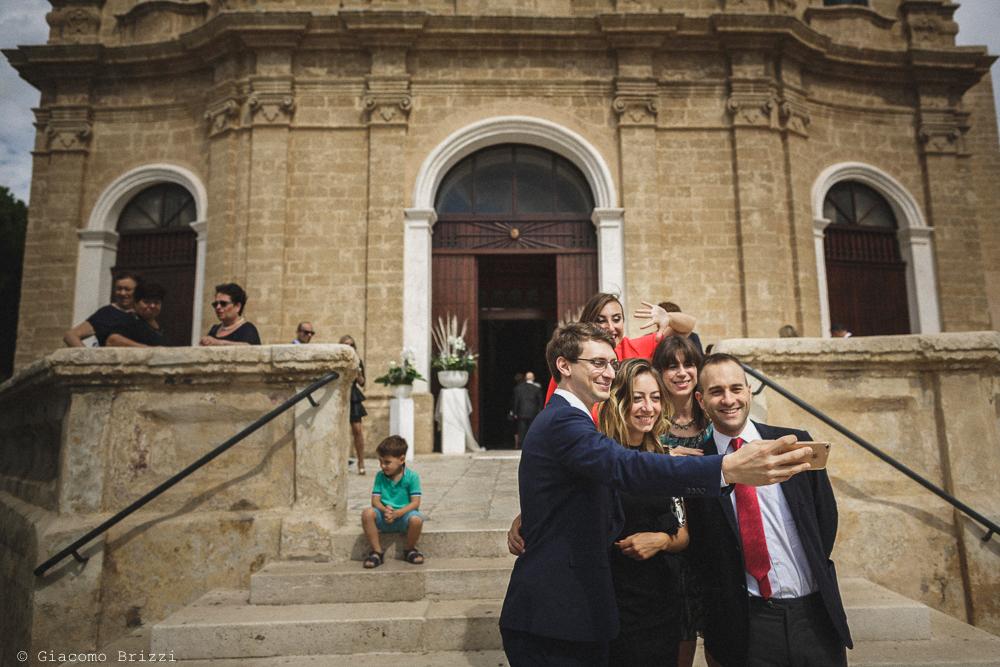 Foto di gruppo degli invitati sulle scale della chiesa, fotografo matrimonio francavilla fontana, puglia