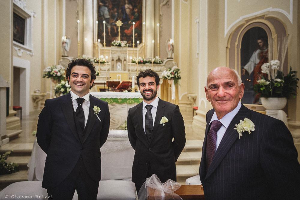 Lo sposo attende in chiesa, fotografo matrimonio francavilla fontana, puglia