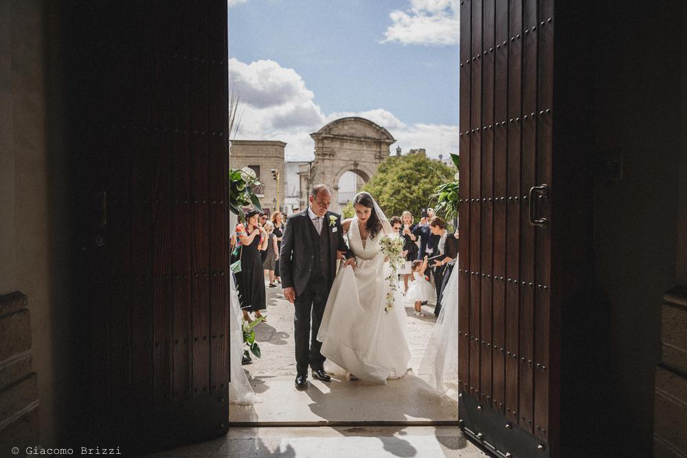 La sposa entra accompagnata in chiesa, fotografo matrimonio francavilla fontana, puglia