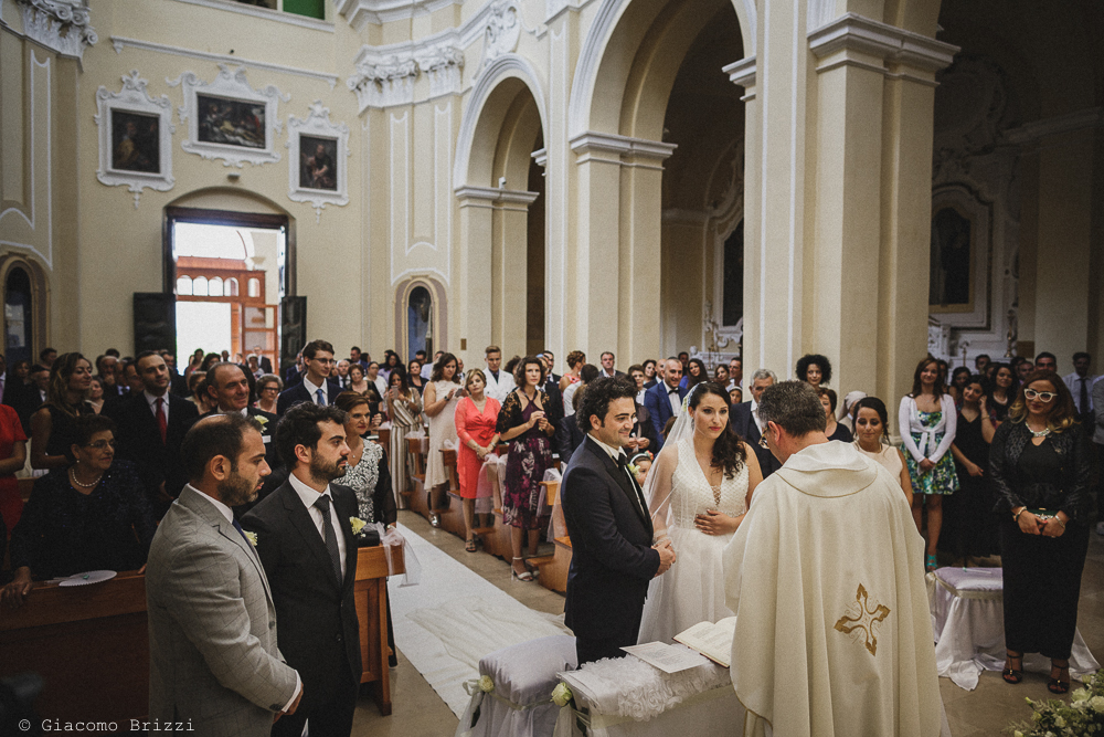 I due sposi durante la cerimonia religiosa, fotografo matrimonio francavilla fontana, puglia